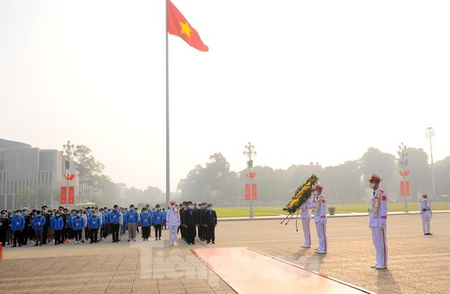 Các tài năng trẻ Việt Nam báo công, vào Lăng viếng Chủ tịch Hồ Chí Minh ảnh 13