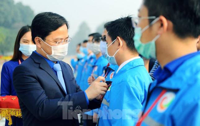 Các tài năng trẻ Việt Nam báo công, vào Lăng viếng Chủ tịch Hồ Chí Minh ảnh 11