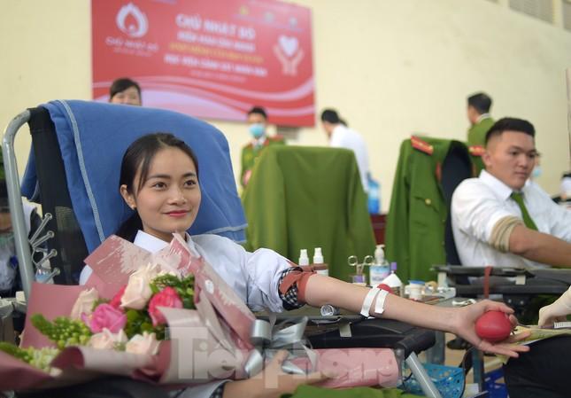 'Bóng hồng' Học viện Cảnh sát Nhân dân sẻ chia giọt hồng lan tỏa Chủ nhật Đỏ ảnh 11