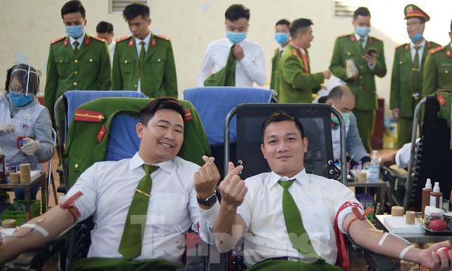 'Bóng hồng' Học viện Cảnh sát Nhân dân sẻ chia giọt hồng lan tỏa Chủ nhật Đỏ ảnh 13