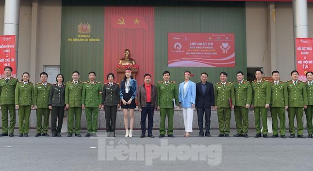 'Bóng hồng' Học viện Cảnh sát Nhân dân sẻ chia giọt hồng lan tỏa Chủ nhật Đỏ ảnh 6