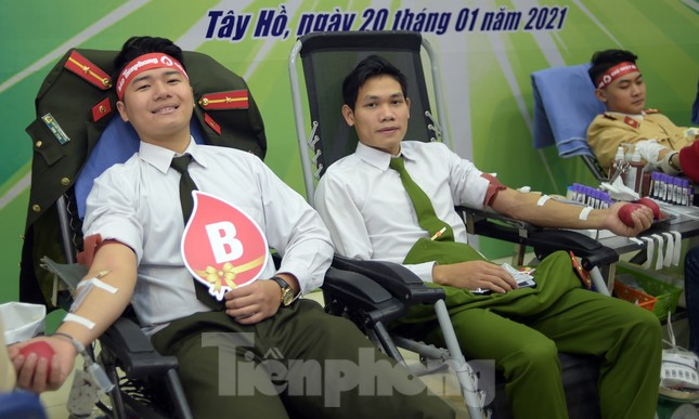 Tuổi trẻ Công an Thủ đô sẻ chia giọt máu tiếp sức Chủ nhật Đỏ 2021 ảnh 13
