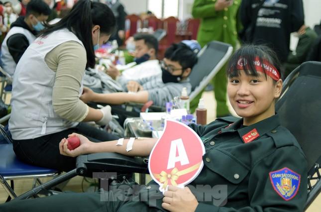 Tuổi trẻ Công an Thủ đô sẻ chia giọt máu tiếp sức Chủ nhật Đỏ 2021 ảnh 12