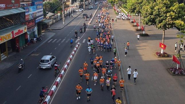Những cái chạm tay tiếp sức trên đường đua Tiền Phong Marathon 2021 ảnh 2
