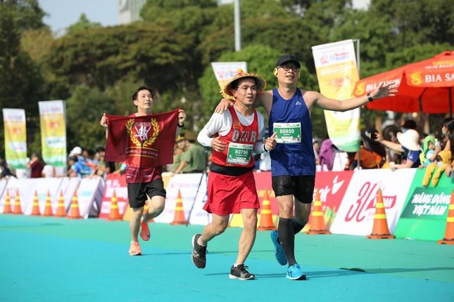 Những cái chạm tay tiếp sức trên đường đua Tiền Phong Marathon 2021 ảnh 9