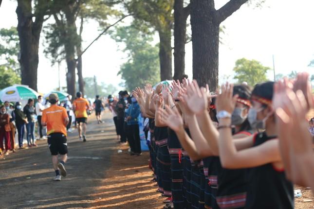 Những cái chạm tay tiếp sức trên đường đua Tiền Phong Marathon 2021 ảnh 12
