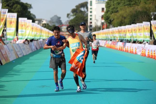 Những cái chạm tay tiếp sức trên đường đua Tiền Phong Marathon 2021 ảnh 11