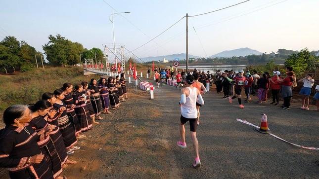 Những cái chạm tay tiếp sức trên đường đua Tiền Phong Marathon 2021 ảnh 3