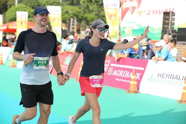 Những cái chạm tay tiếp sức trên đường đua Tiền Phong Marathon 2021 ảnh 10