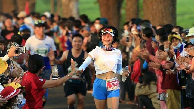 Những cái chạm tay tiếp sức trên đường đua Tiền Phong Marathon 2021 ảnh 5
