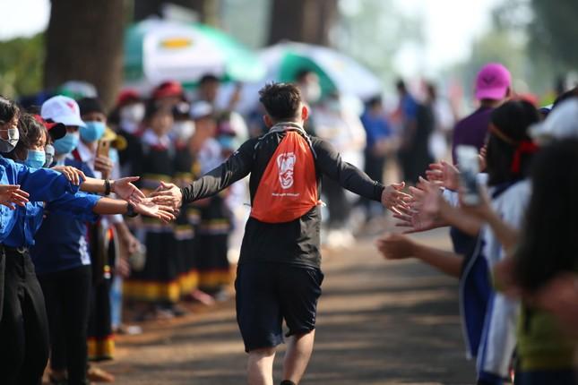 Những cái chạm tay tiếp sức trên đường đua Tiền Phong Marathon 2021 ảnh 7