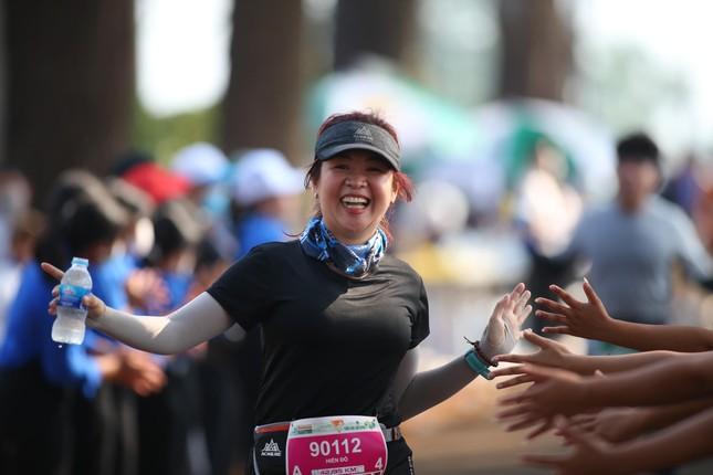 Những cái chạm tay tiếp sức trên đường đua Tiền Phong Marathon 2021 ảnh 4