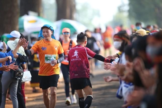 Những cái chạm tay tiếp sức trên đường đua Tiền Phong Marathon 2021 ảnh 6