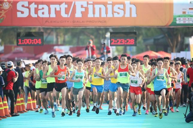 Những cái chạm tay tiếp sức trên đường đua Tiền Phong Marathon 2021 ảnh 1