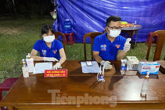 Hai vợ chồng tình nguyện trực chốt kiểm soát dịch COVID-19 ảnh 1