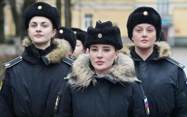 Bộ ảnh 'người đẹp trong quân đội' ở nhiều quốc gia ảnh 1