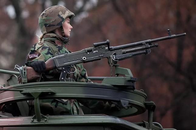 Bộ ảnh 'người đẹp trong quân đội' ở nhiều quốc gia ảnh 4
