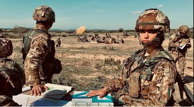 Bộ ảnh 'người đẹp trong quân đội' ở nhiều quốc gia ảnh 6