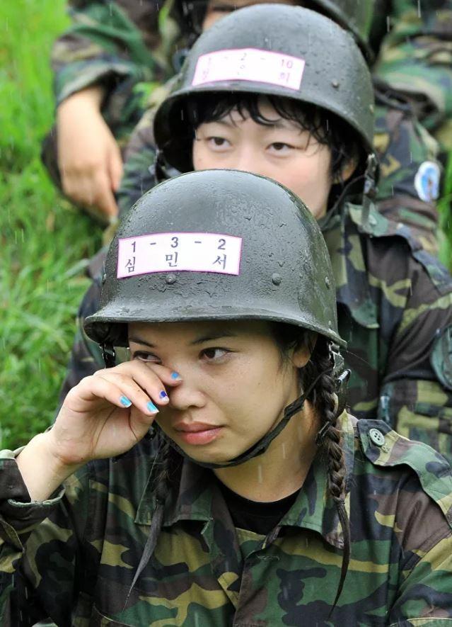 Bộ ảnh 'người đẹp trong quân đội' ở nhiều quốc gia ảnh 7