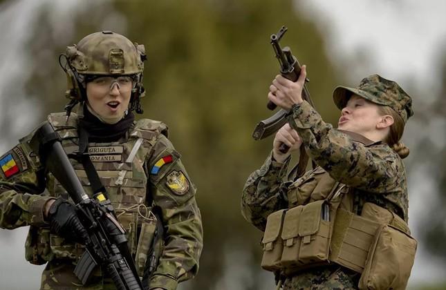 Bộ ảnh 'người đẹp trong quân đội' ở nhiều quốc gia ảnh 8