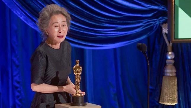 Youn Yuh Jung làm nên lịch sử khi giành giải Oscar 'Nữ diễn viên phụ xuất sắc nhất' ảnh 6