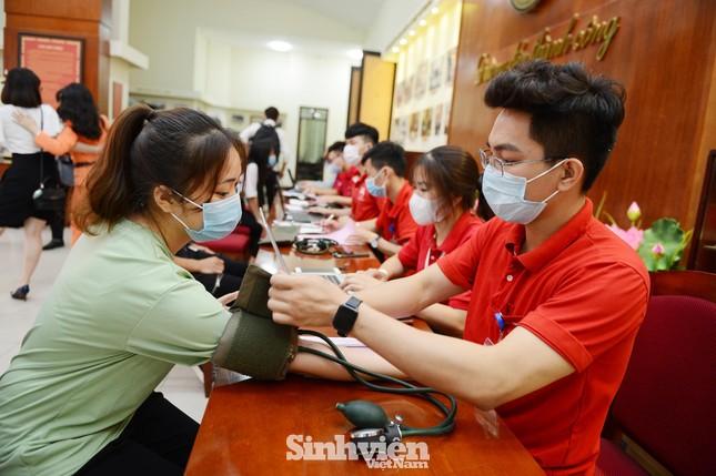 Đông đảo sinh viên tham gia hiến máu cứu người ảnh 6
