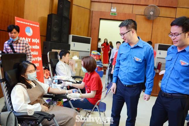 Đông đảo sinh viên tham gia hiến máu cứu người ảnh 1