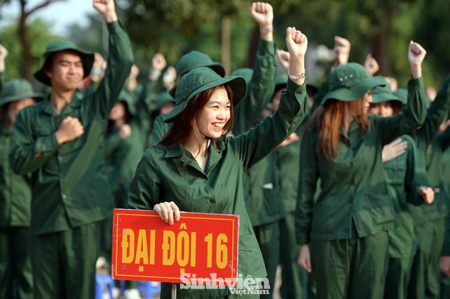 Nữ sinh viên trong màu áo lính: Mồ hôi xen lẫn nụ cười ảnh 2