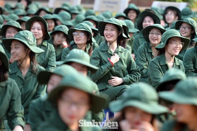 Nữ sinh viên trong màu áo lính: Mồ hôi xen lẫn nụ cười ảnh 4