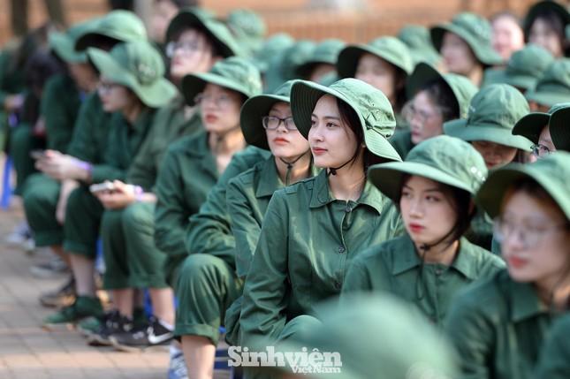 Nữ sinh viên trong màu áo lính: Mồ hôi xen lẫn nụ cười ảnh 1