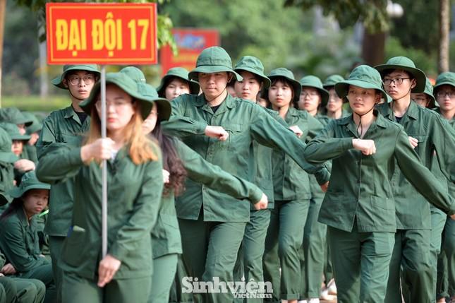Nữ sinh ĐH Ngoại ngữ 'catwalk' trên thao trường ảnh 4