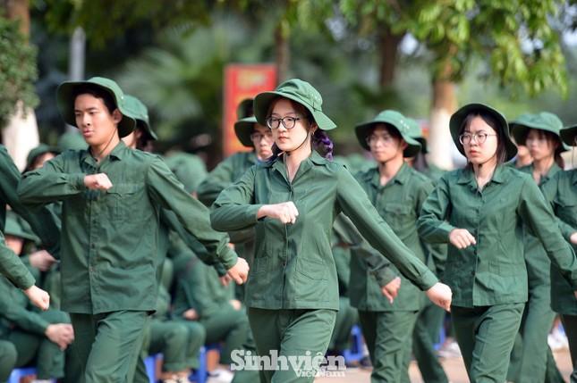 Nữ sinh ĐH Ngoại ngữ 'catwalk' trên thao trường ảnh 3