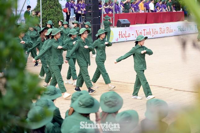 Nữ sinh ĐH Ngoại ngữ 'catwalk' trên thao trường ảnh 2