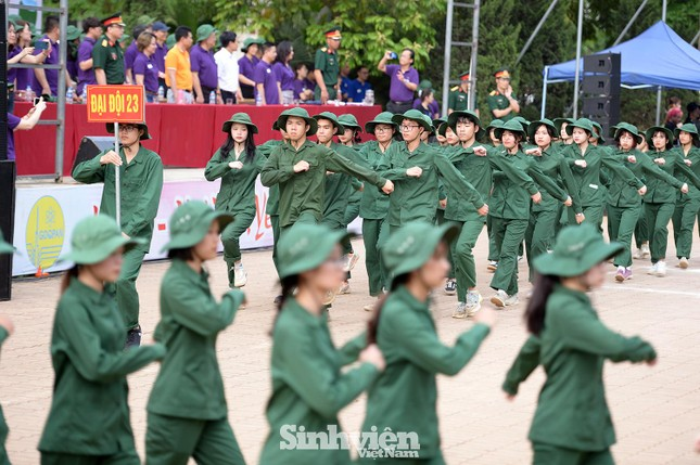 Nữ sinh ĐH Ngoại ngữ 'catwalk' trên thao trường ảnh 7