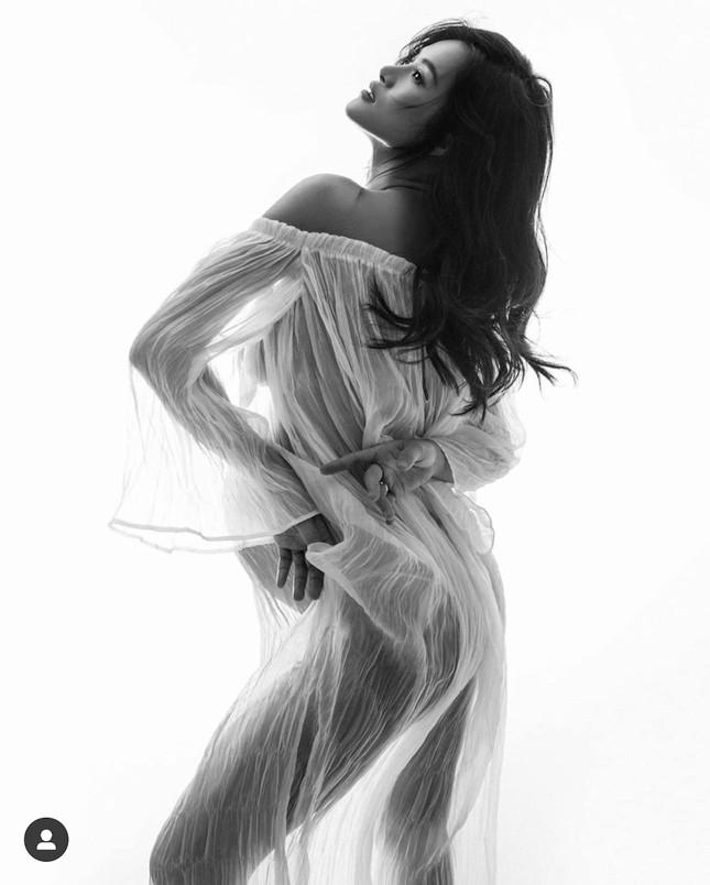 """""""Qua mặt"""" Hồ Ngọc Hà, Đông Nhi giờ mới là bà bầu nóng bỏng và quyến rũ bậc nhất V-biz ảnh 4"""