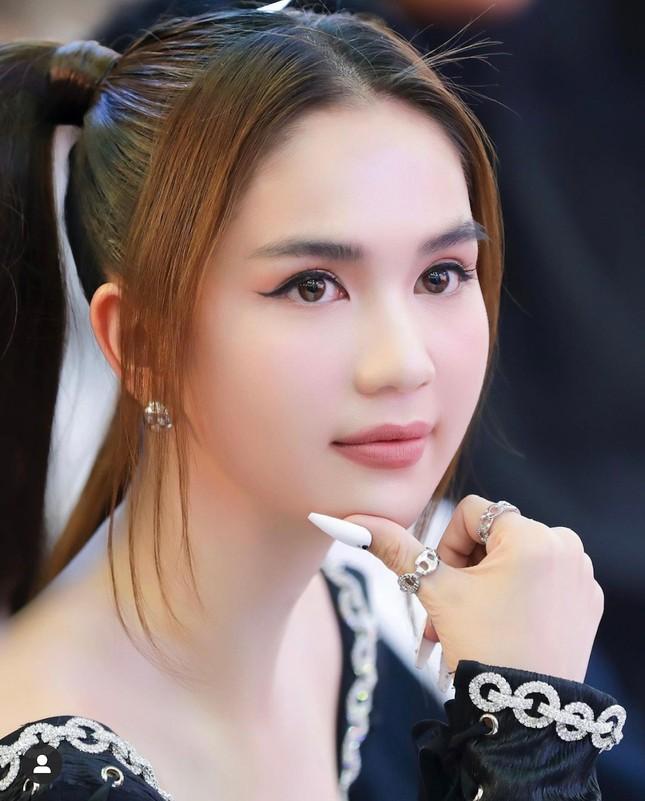 """Sau debut thất bại, Phí Phương Anh lại gặp """"phốt"""" mới; Ngọc trinh hóa """"công chúa barbie"""" ảnh 3"""