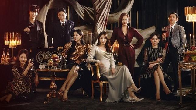 """""""Penthouse"""" mùa 2 chính thức phát sóng 19/2; Nạn nhân """"Burning Sun"""" gọi tên Hyoyeon (SNSD) ảnh 1"""