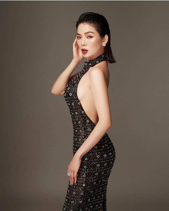 """Huy Trần công khai mối quan hệ với Ngô Thanh Vân chỉ được 2 phút; Ngọc Trinh lại diện quần tất không nội y gây """"sốc"""" ảnh 9"""