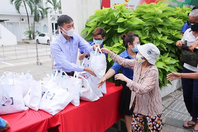 Hàng ngàn gói thực phẩm đến với người có hoàn cảnh khó khăn trong dịch COVID-19 ảnh 2