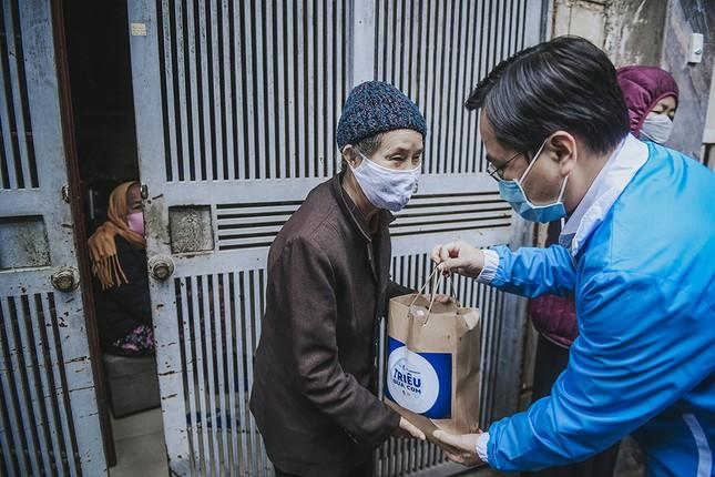 Hàng ngàn gói thực phẩm đến với người có hoàn cảnh khó khăn trong dịch COVID-19 ảnh 1