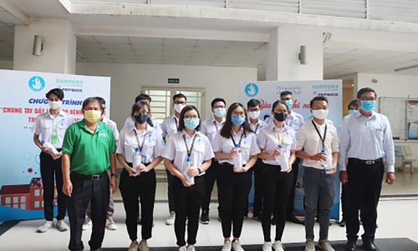 Hơn 10 nghìn lít dung dịch sát khuẩn dành tặng sinh viên  ảnh 2