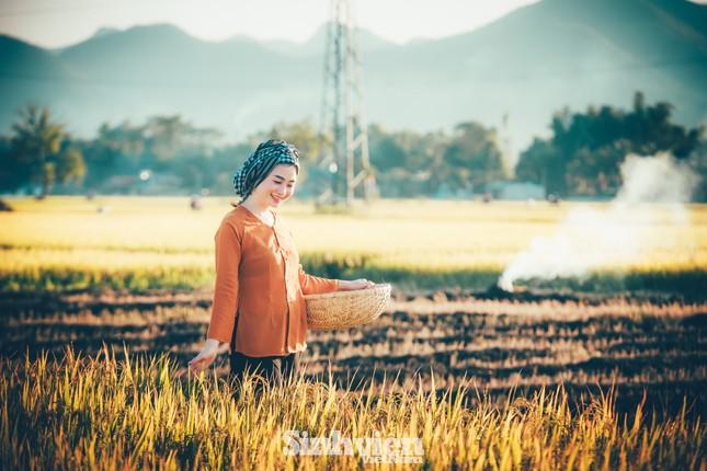Hoa khôi Tài chính xinh đẹp khi hóa thân thành nông dân trên cánh đồng Mường Thanh ảnh 3