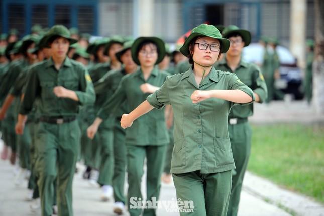 Ngắm nhìn nữ sinh Học viện Nông nghiệp hăng say tập đội ngũ ảnh 4