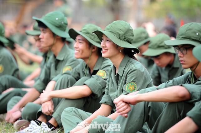 Ngắm nhìn nữ sinh Học viện Nông nghiệp hăng say tập đội ngũ ảnh 11
