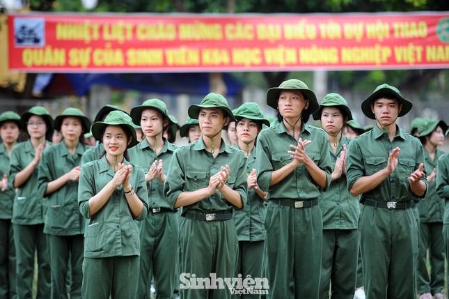 Ngắm nhìn nữ sinh Học viện Nông nghiệp hăng say tập đội ngũ ảnh 1