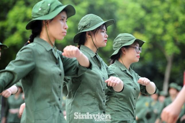 Ngắm nhìn nữ sinh Học viện Nông nghiệp hăng say tập đội ngũ ảnh 6