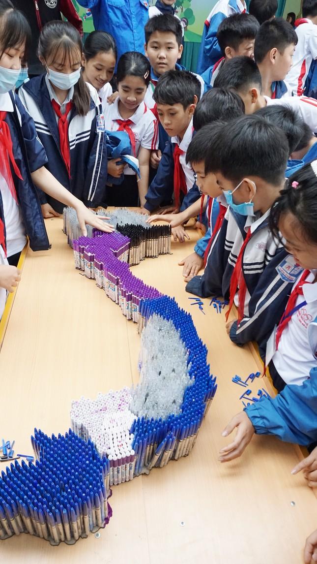 Hô biến hơn 4.000 chiếc bút bi đã qua sử dụng thành những mô hình học tập ảnh 2