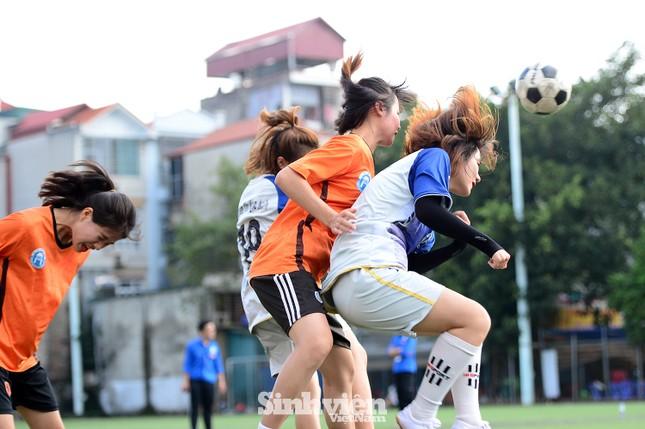 Khoảnh khắc nữ sinh ĐH Mở Hà Nội tung người đá bóng ảnh 8