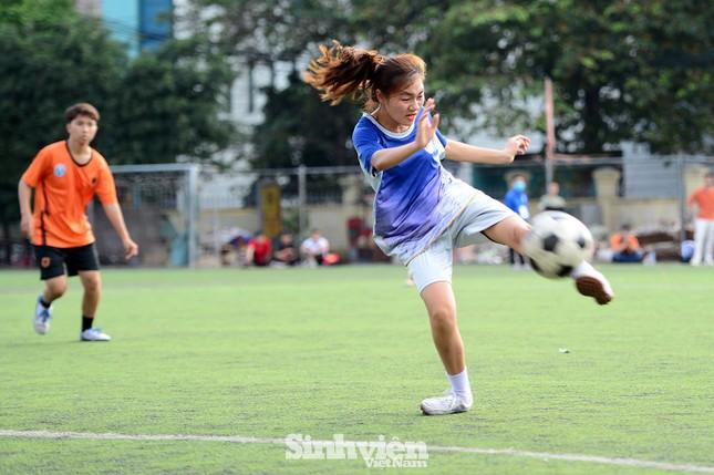 Khoảnh khắc nữ sinh ĐH Mở Hà Nội tung người đá bóng ảnh 6