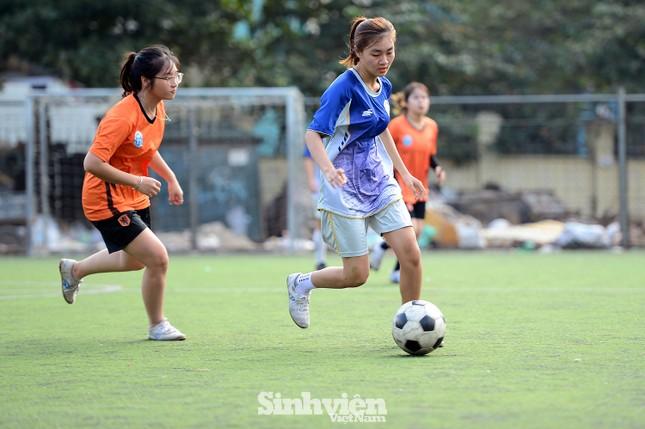 Khoảnh khắc nữ sinh ĐH Mở Hà Nội tung người đá bóng ảnh 9